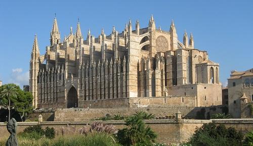 Fallece un turista de 30 a�os tras caerse de la muralla de la Catedral