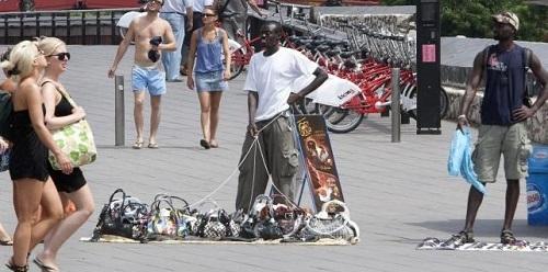 El Parlament aprueba la Ley de Comercio que regula la venta ambulante y las zonas de afluencia tur�stica