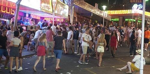 El Ayuntamiento de Calvi� prohibir� consumir alcohol en la v�a p�blica y el 'pub crawling' en Magaluf
