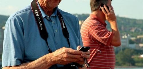 El 'smartphone', el objeto imprescindible de las vacaciones para el 40% de los viajeros