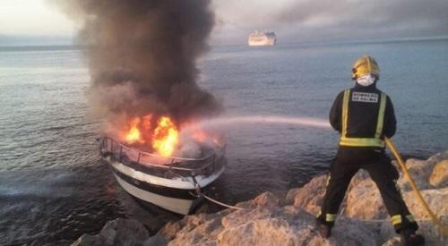 Una persona intoxicada leve por inhalaci�n de humo por el incendio en una lancha en Palma