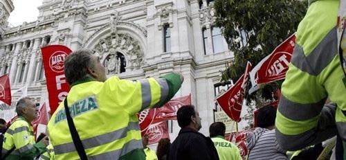 Cerca de un centenar de trabajadores del sector de la limpieza protestan frente a Hacienda por un convenio 'digno'