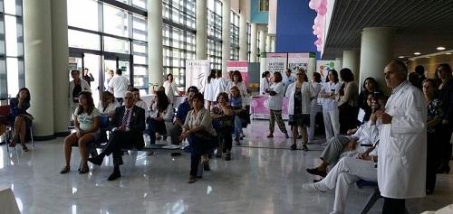Profesionales de la Unidad de Mama de Son Espases atienden las dudas de las pacientes en una jornada informativa
