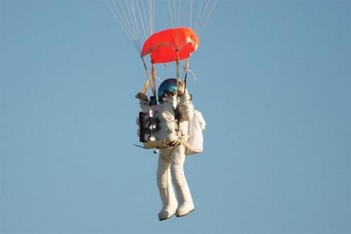 Ejecutivo de Google bate r�cord al saltar en paraca�das a m�s de 41.000 metros