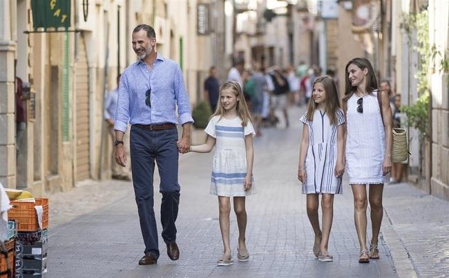 La Familia Real visita la exposición de Miró y Picasso en Sóller