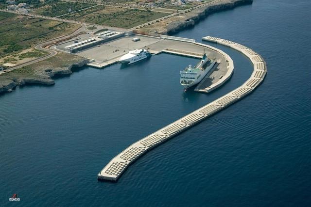 Reabren al tráfico marítimo el Puerto de Ciutadella tras permanecer cerrado por el 'cap de fibló'