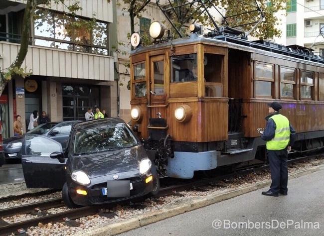 Un choque entre el tren de Sóller y un vehículo en Palma deja un herido leve