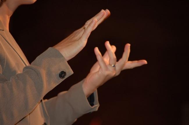 La FESORD y la CNSE denuncian la discriminación laboral que afecta a las personas sordas especialistas en lengua de signos