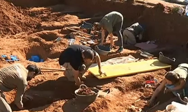Hallan restos de un cuerpo en la fosa del cementerio de Santa María