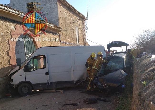 Los bomberos de Palma rescatan a una mujer que quedó atrapada tras chocar contra una furgoneta aparcada