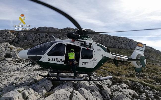 La Guardia Civil localiza con su helicóptero a una excursionista extraviada que pasó la noche en la montaña