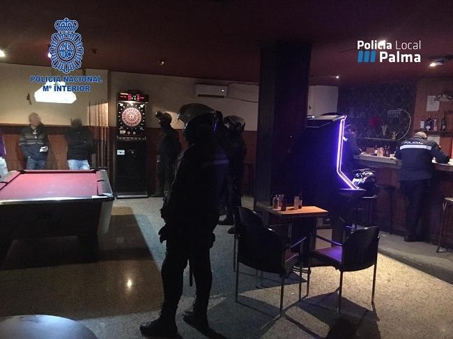 La Policía Nacional y la Policía Local de Palma han realizado diversos dispositivos en locales de ocio nocturno