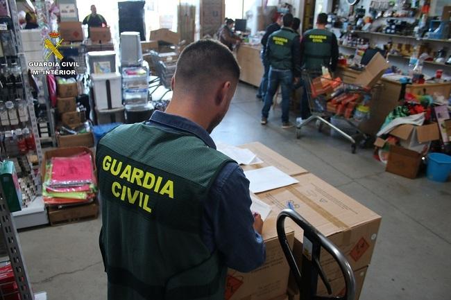 La Guardia Civil inspecciona 24 establecimientos en Mallorca y 1 en Ibiza que comerciaban pirotecnia sin autorización