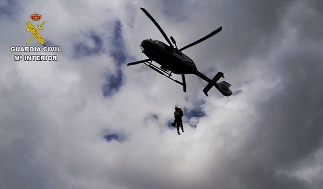 La Guardia Civil auxilia a una senderista en un complejo rescate en una cresta de la Serra de Ses Farines
