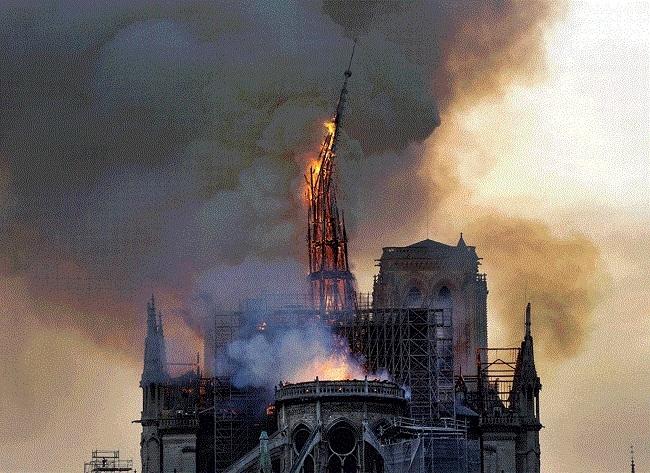 Un incendio consume parte de la catedral de Notre Dame