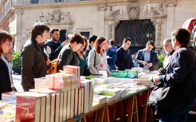 La presidenta Armengol en los tenderetes de libros del Día de Sant Jordi