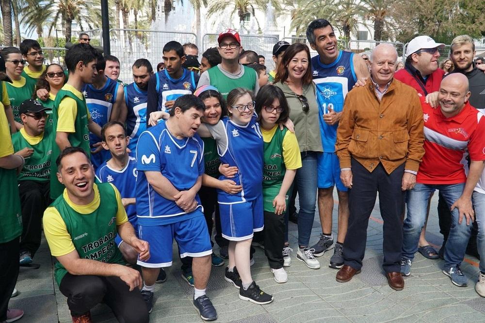 """La presidenta Francina Armengol ha asistido al torneo amistoso de baloncesto """"Campeones"""""""