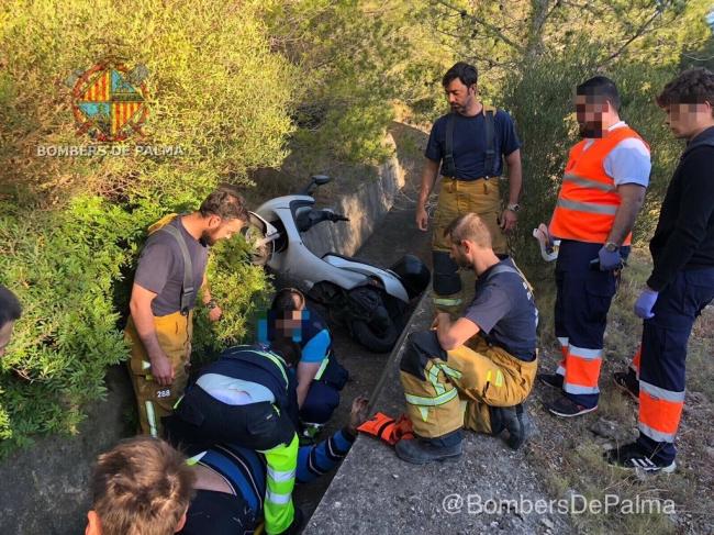 Rescate complicado de los bomberos de Palma de un motorista muy corpulento