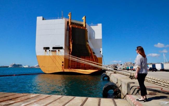 Francina Armengol se ha desplazado al puerto de Palma para conocer los detalles de la llegada del barco 'Grande Europa'
