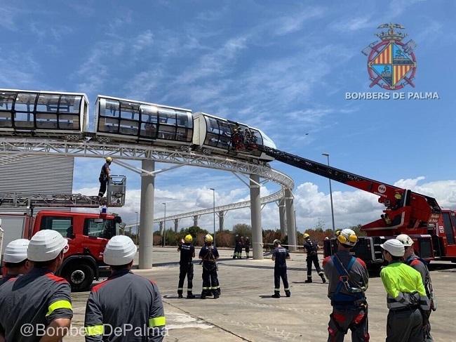 Bomberos de Palma rescatan a 49 estudiantes atrapados en un tren