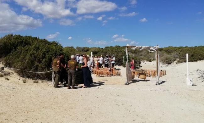 Agentes de medio ambiente paralizan una boda en las dunas protegidas del Parque Es Trenc-Salobrar