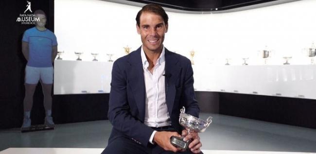 Nadal deposita el trofeo de Roland Garrós en su museo