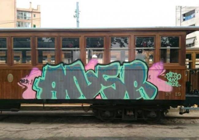 Associació d'Amics del Ferrocarril de les Illes Balears denuncia pintadas en el tren de Sóller