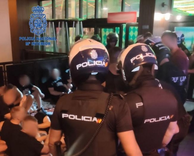 La Policía Nacional detiene a cuatro hombres por lesiones y a otro por un delito contra la salud pública