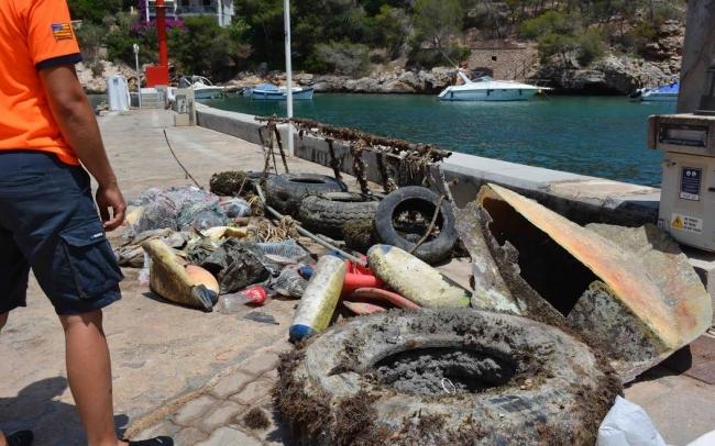Retirados más de 1.000 kilos de residuos del fondo marino de Cala Figuera