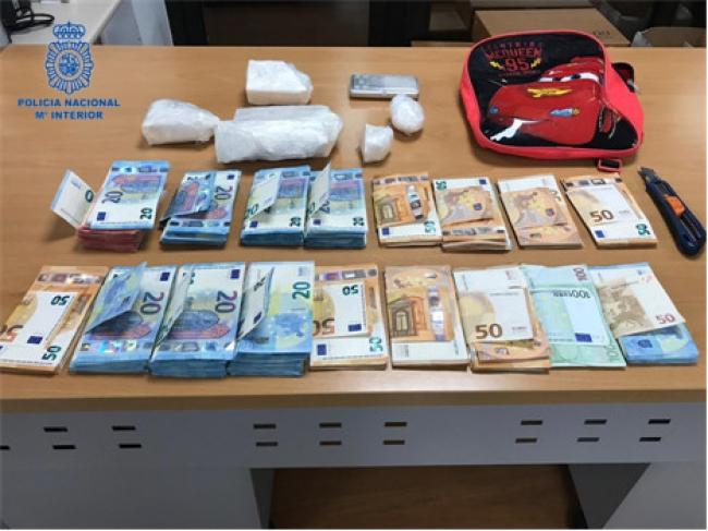Cinco detenidos y un kilo de cocaína incautado por la policía nacional
