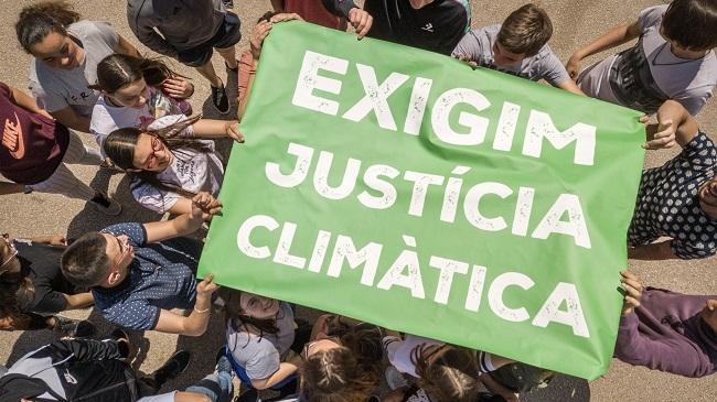 Estudiantes de secundaria y Amics de la Terra parodian en un vídeo el inmovilismo contra el cambio climático