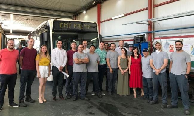 Diez alumnos-trabajadores de SOIB 30 ponen a punto los vehículos de la Policía Local y de la EMT gracias al proyecto de Palma Activa