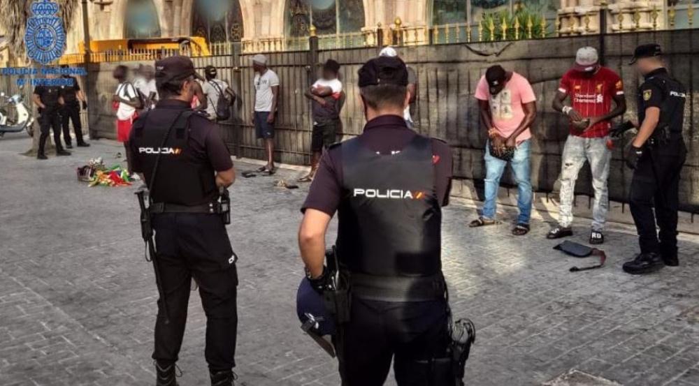 La Policía Nacional detiene a ocho personas por infracción a la Ley de Extranjería y una por amenazas graves