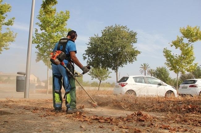 El plan de coche para erradicar malas hierbas llega a seis barrios de Palma este verano