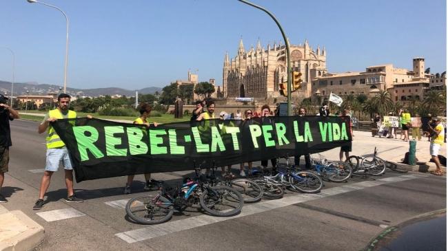 Extinction Rebellion corta el Paseo Marítimo de Palma
