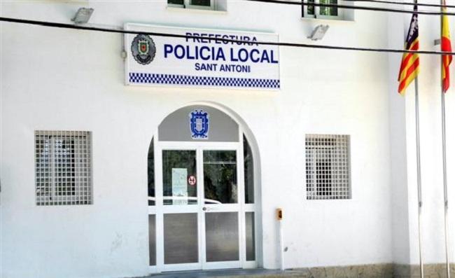 La Policía Local de Sant Antoni denuncian a tres taxistas pirata y dos conductores por no tener licencia VTC