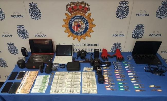 La Policía Nacional detiene a dos hombres por perpetrar veinte robos en apartamentos vacacionales