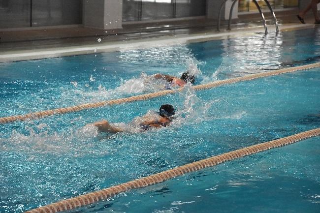 1700 alumnos participan en los cursos de verano de natación y tenis del IME