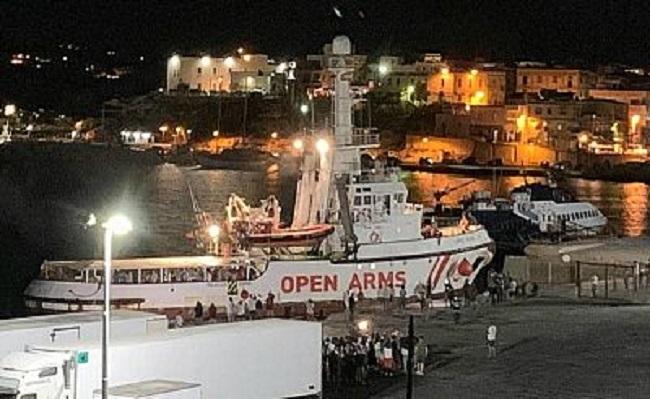 Desembarcan los 83 migrantes del Open Arms en Lampedusa