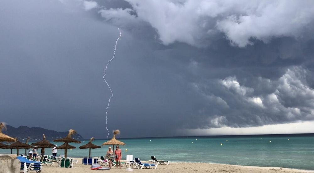 Vuelos desviados, puertos y carreteras cortadas en las islas Baleares por las tormentas
