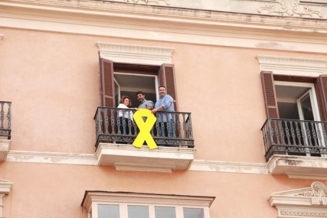 Los diputados de MES vuelven a colgar el lazo amarillo en la fachada del Parlament