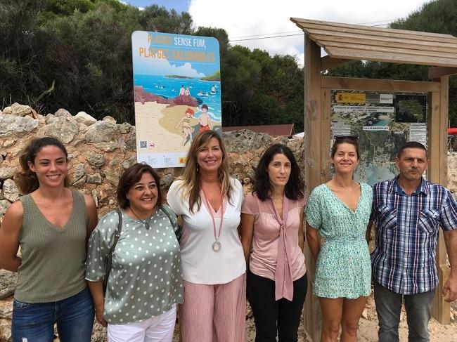 Binissafúller se convierte en la primera playa sin humo de Menorca