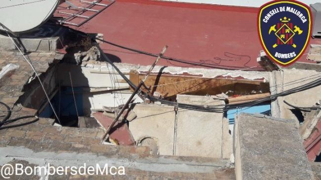 Bomberos de Mallorca inspeccionan un local comercial en Magaluf que se ha derrumbado