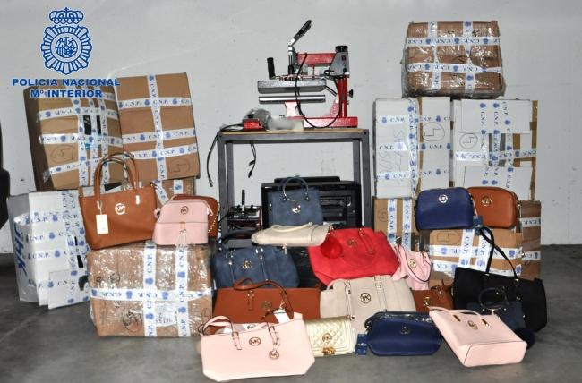 La policía Nacional de Manacor detiene a un hombre por vender prendas supuestamente falsificadas