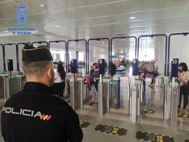 La Policía Nacional detiene a cinco personas con pasaporte falsificado
