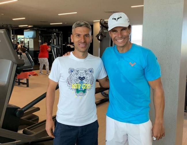 Salva Sevilla visita la Rafa Nadal Academy by Movistar