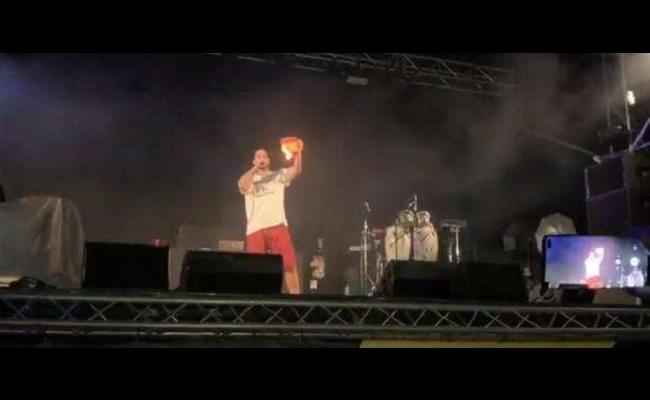 Pablo Hasel quema una bandera de España en el concierto de apoyo a Valtonyc en Felanitx