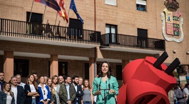 Arrimadas: 'El enchufe rojo podría ser el logo del PSOE porque Sánchez es un especialista en enchufar a sus amigos'