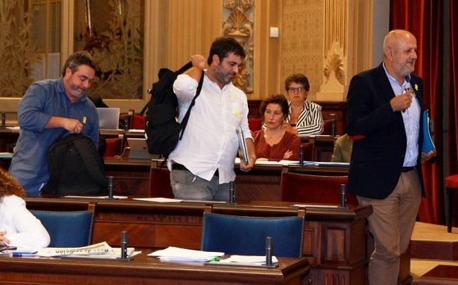 Los diputados de MÉS per Mallorca abandonan el pleno del parlament en señal de protesta por la sentencia del procés