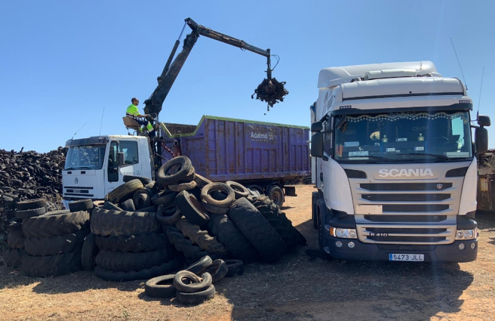 Medio ambiente retira 300 toneladas de neumáticos de una parcela en las afueras de Ciutadella